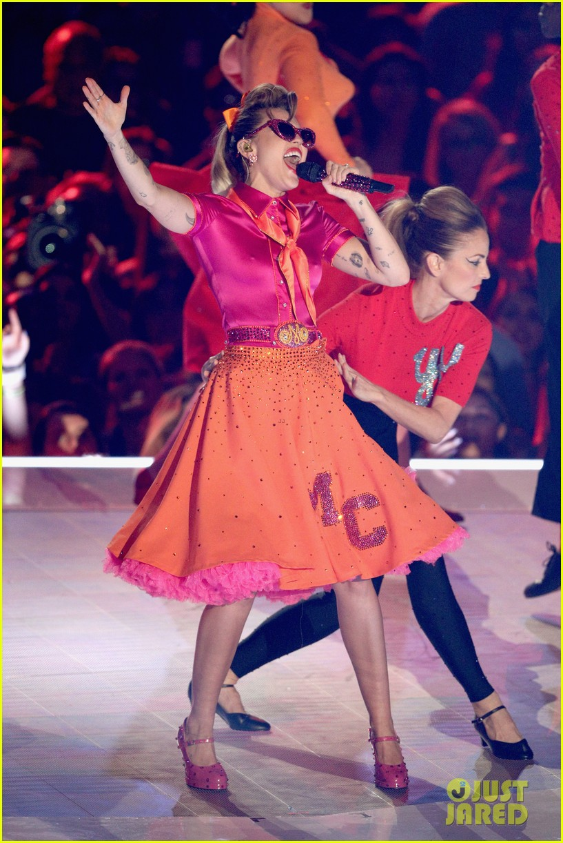 miley cyrus performs younger now mtv vmas 2017 053947062