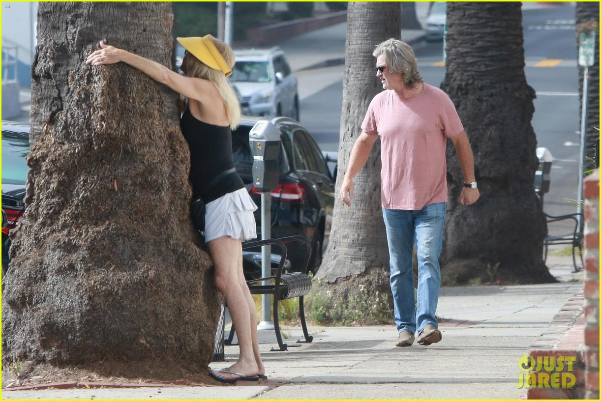 goldie hawn hugs a tree while kurt russell watches 063947523