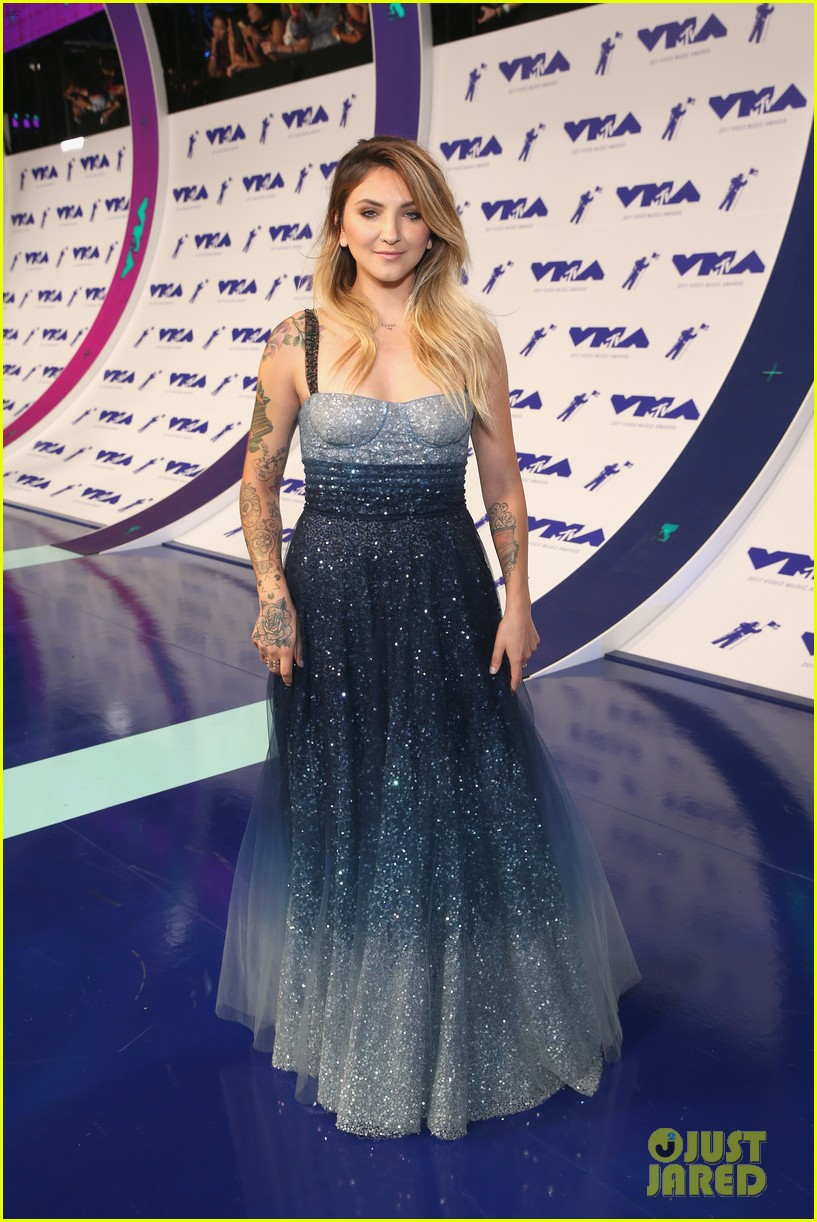 julia michaels khalid 2017 mtv vmas 023949857