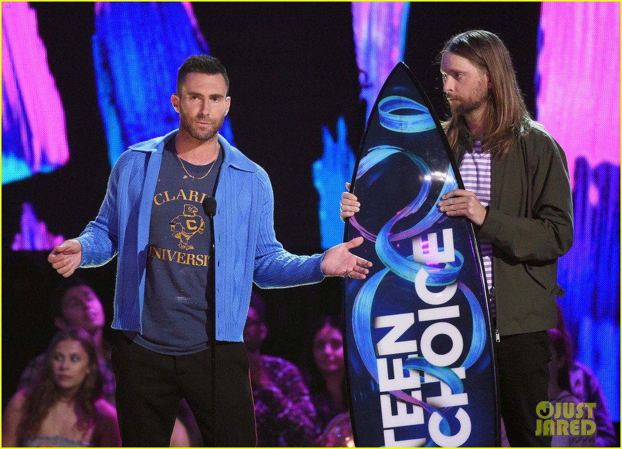 adam levine maroon 5 accept decade award at teen choice awartds 073941495