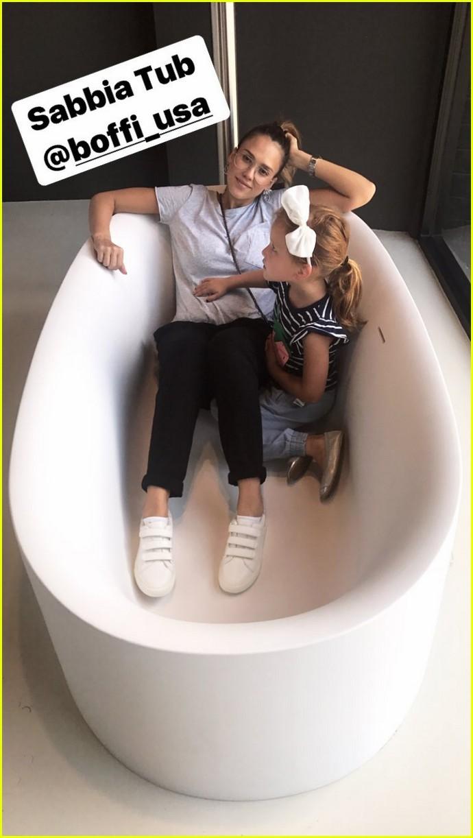 pregnant jessica alba and family go bathtub shopping 023958898