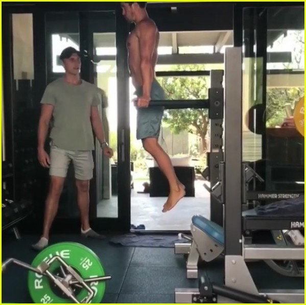 orlando bloom posts shirtless workout videos inspired by the rock 14