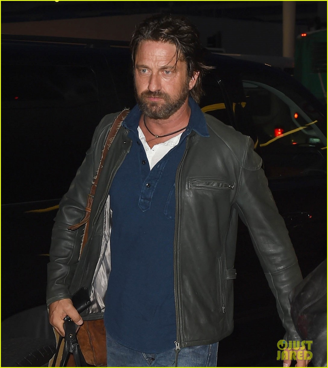 gerard butler catches flight from los angeles to london 023954870