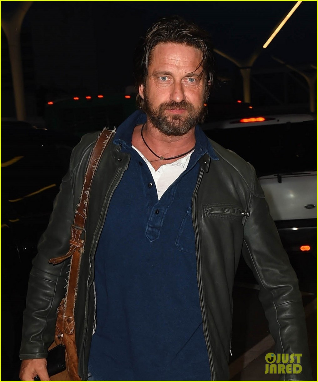 gerard butler catches flight from los angeles to london 063954874