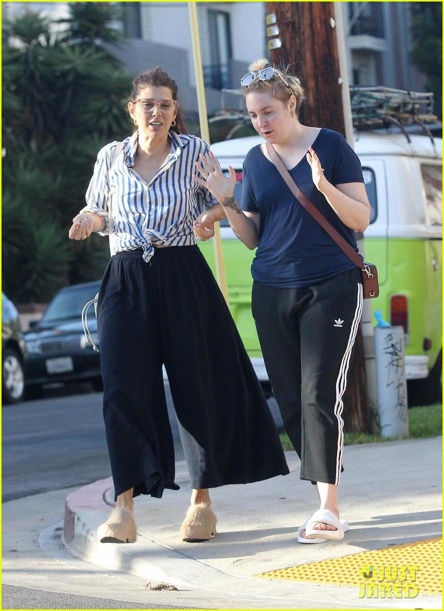 heres lena dunhams proof that marisa tomei talks to her 043963664