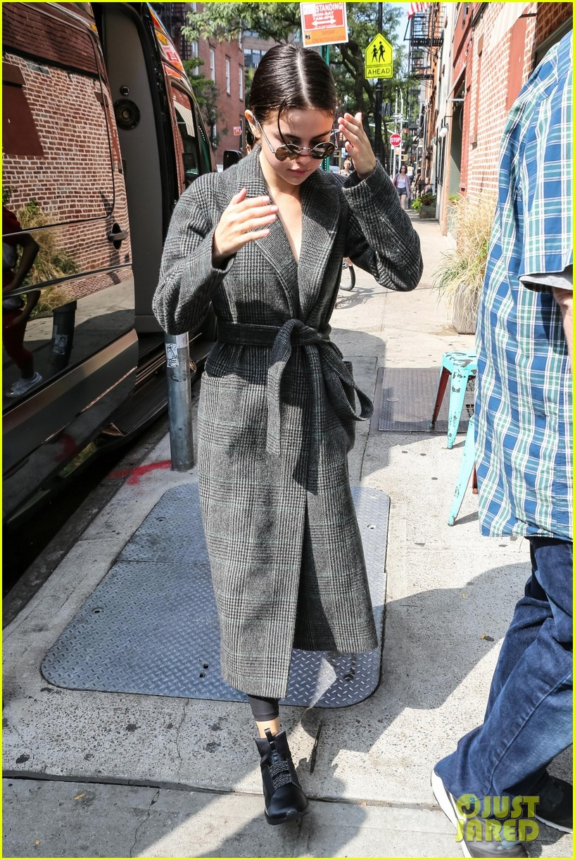 selena gomez picks up a salad after her morning workout 093958582