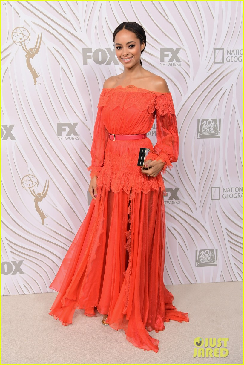 sarah hyland julie bowen switch it up for fox emmys after party 083960045