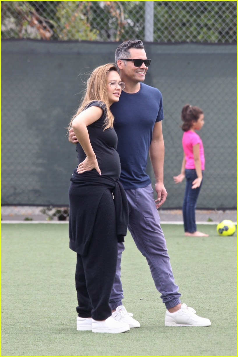 [Image: jessica-alba-cash-warren-couple-up-soccer-game-06.jpg]