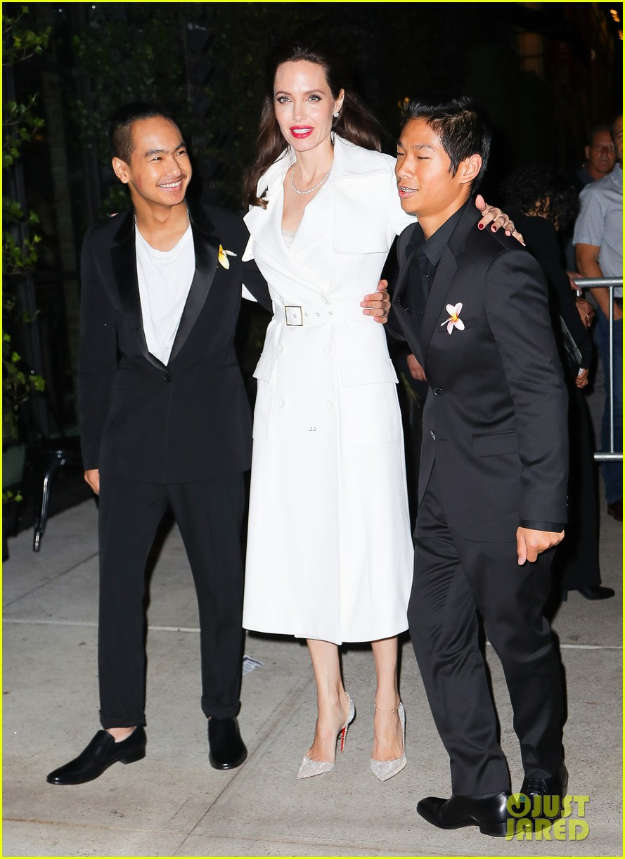angelina jolies sons maddox pax join her at premiere party 093957470