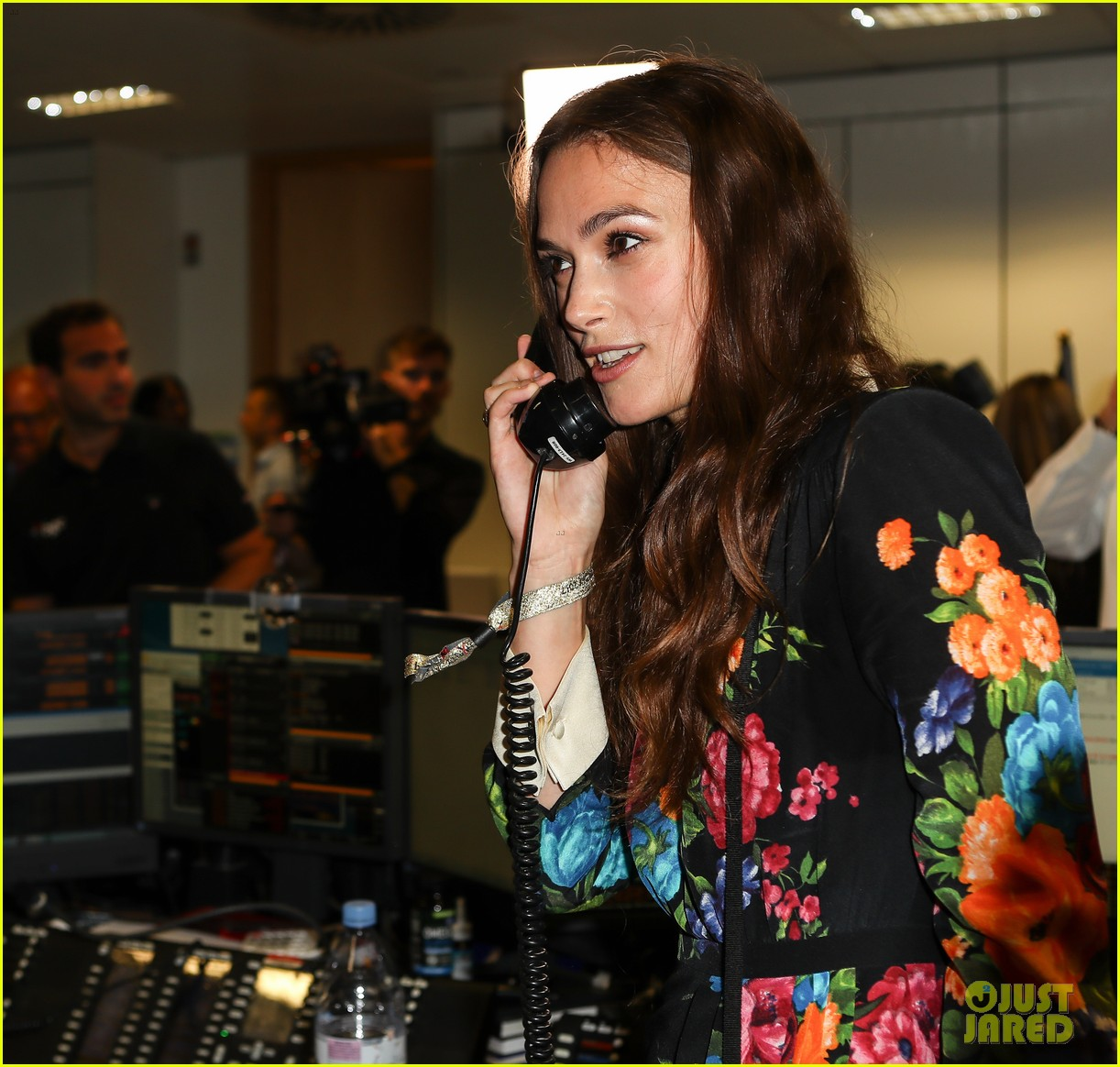 keira knightley ellie foulding answer phones at 911 charity event 083954799