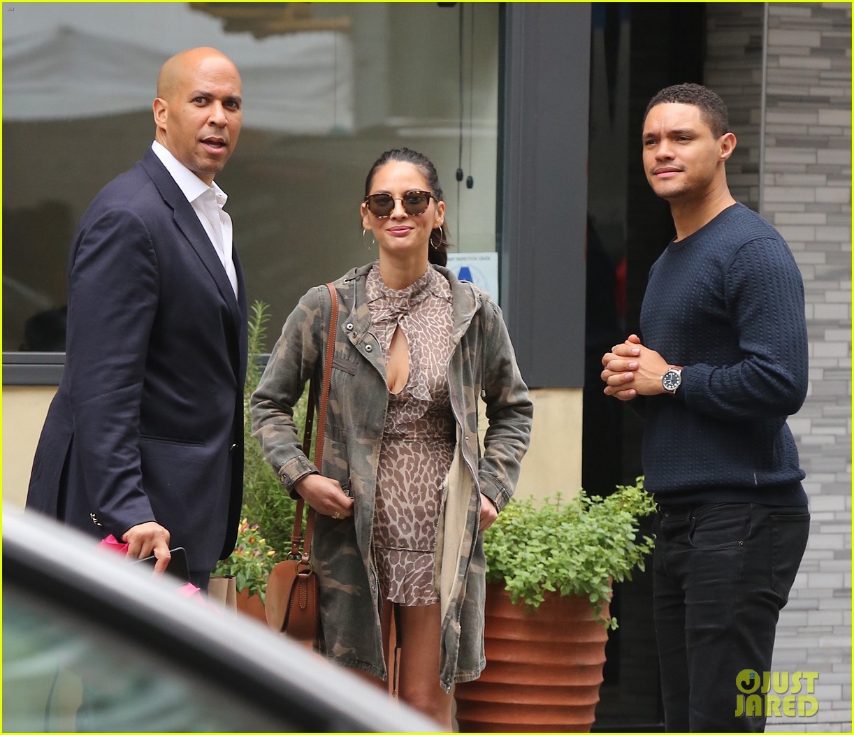 olivia munn trevor noah get lunch again with cory booker 033950200