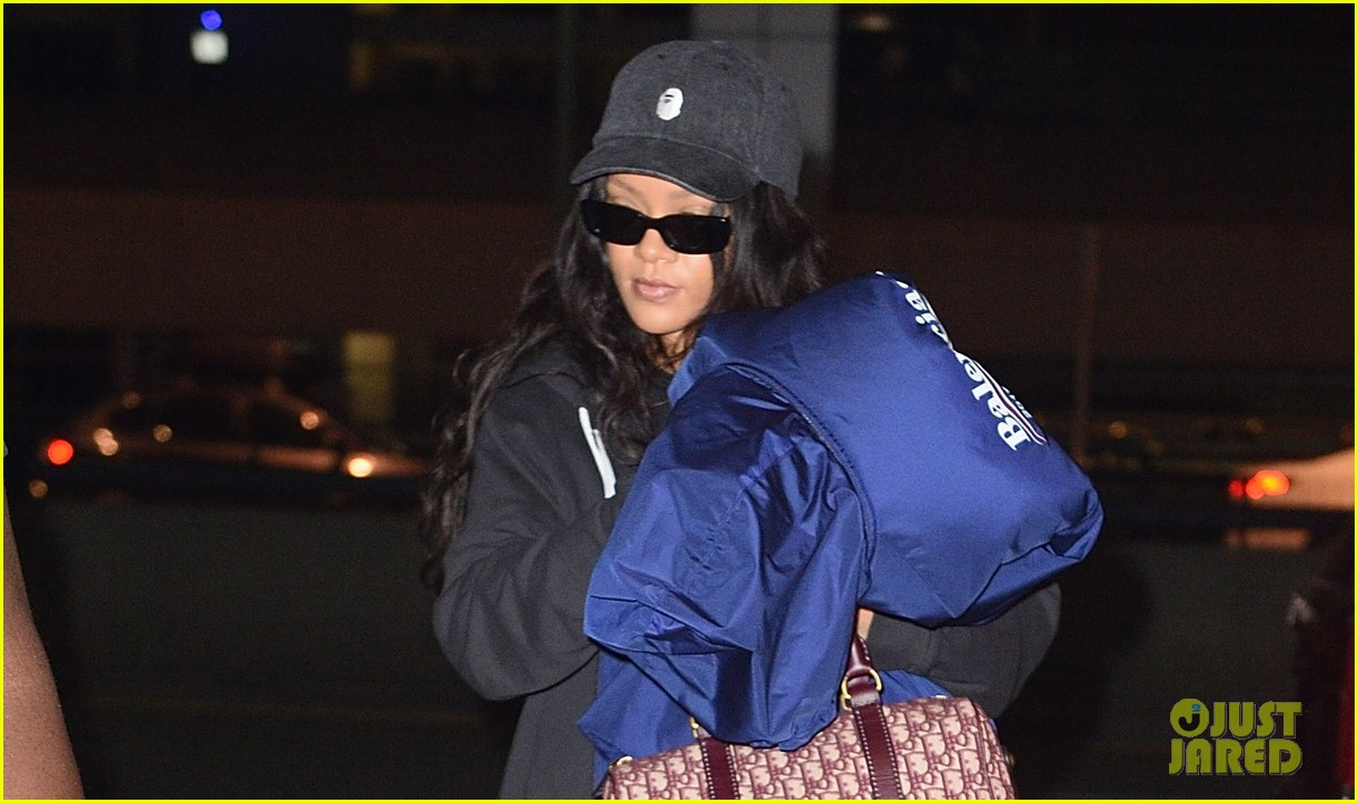 rihanna carries big coat jfk 023960269