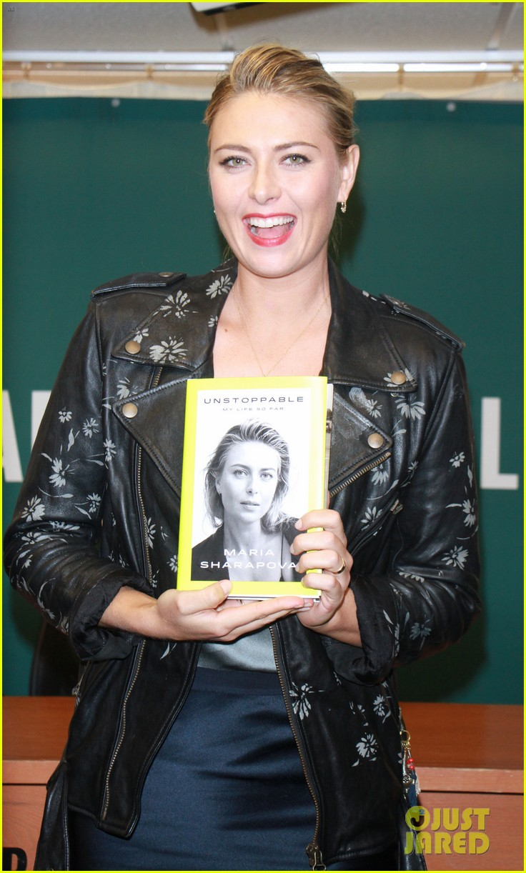 maria sharapova signs copies of her authobiography in nyc 013956204