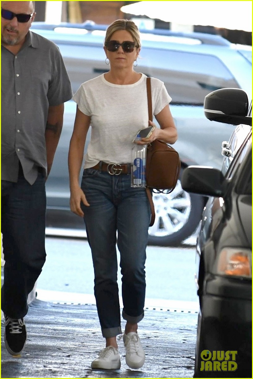jennifer aniston steps out after donating to puerto rico relief 023974251