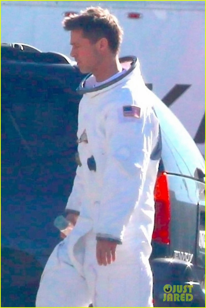 brad pitt on ad astra set 043968181