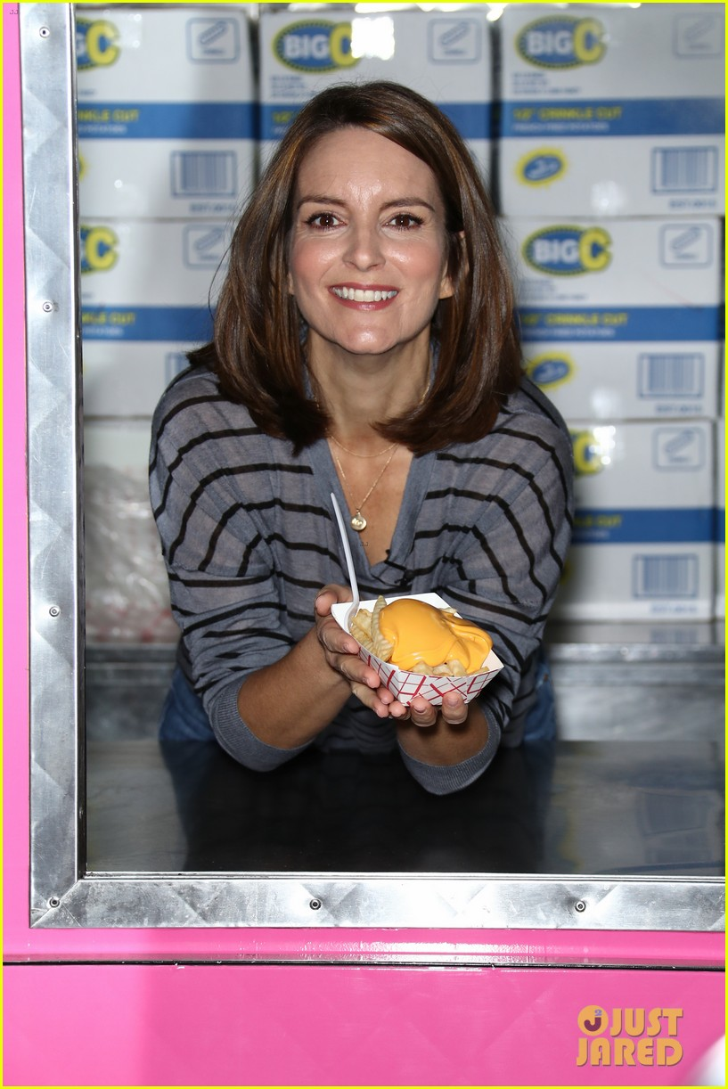 tina fey celebrates mean girls box office opening day with cheese fires truck 033967438
