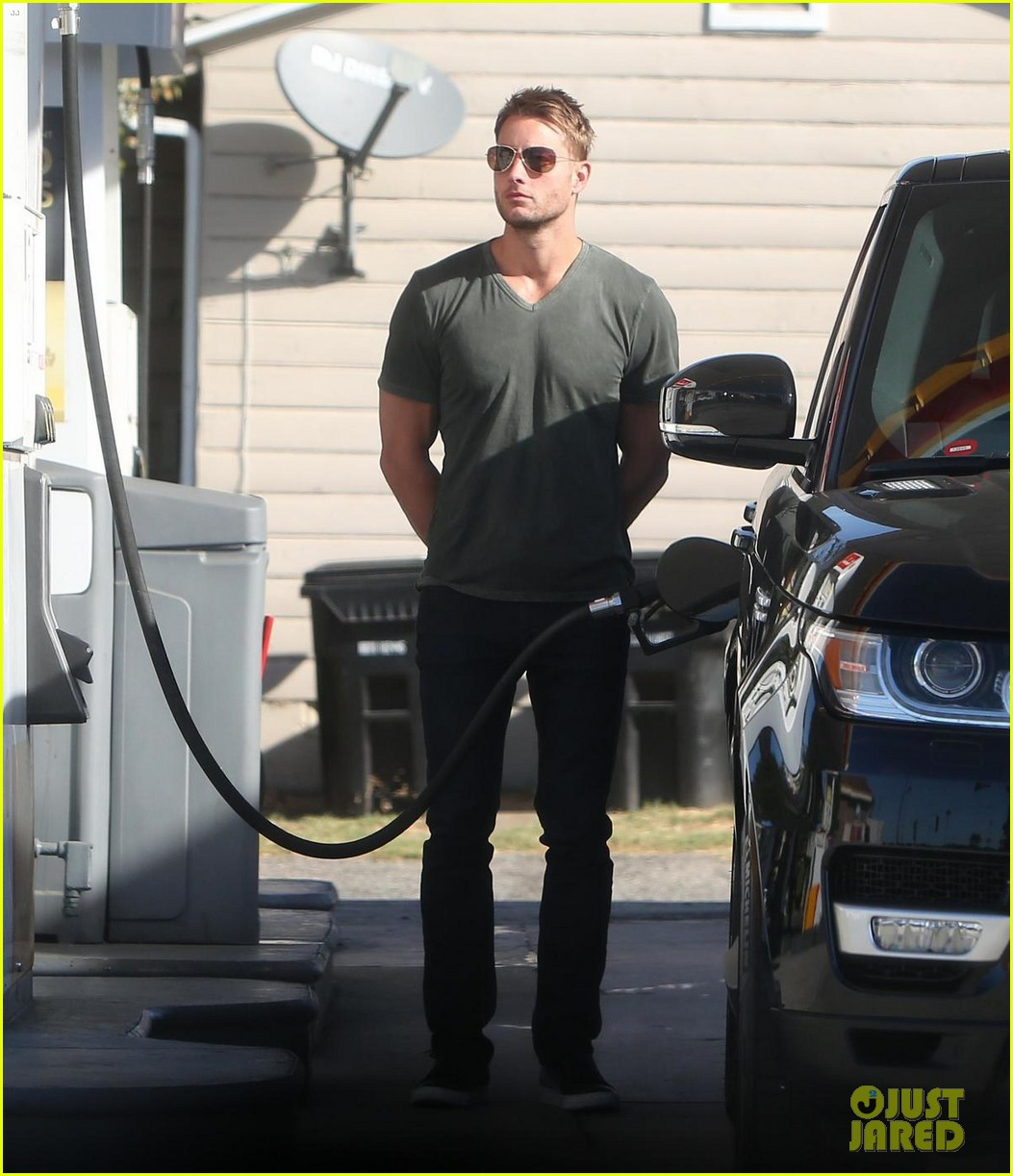 justin hartley shows off his buff biceps at the gym 033966623