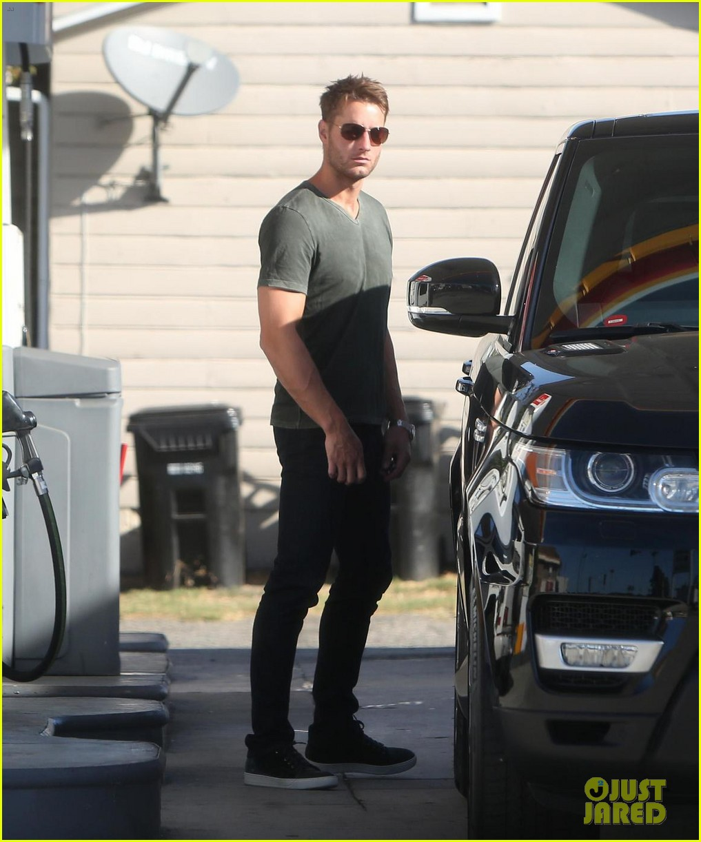 justin hartley shows off his buff biceps at the gym 053966625