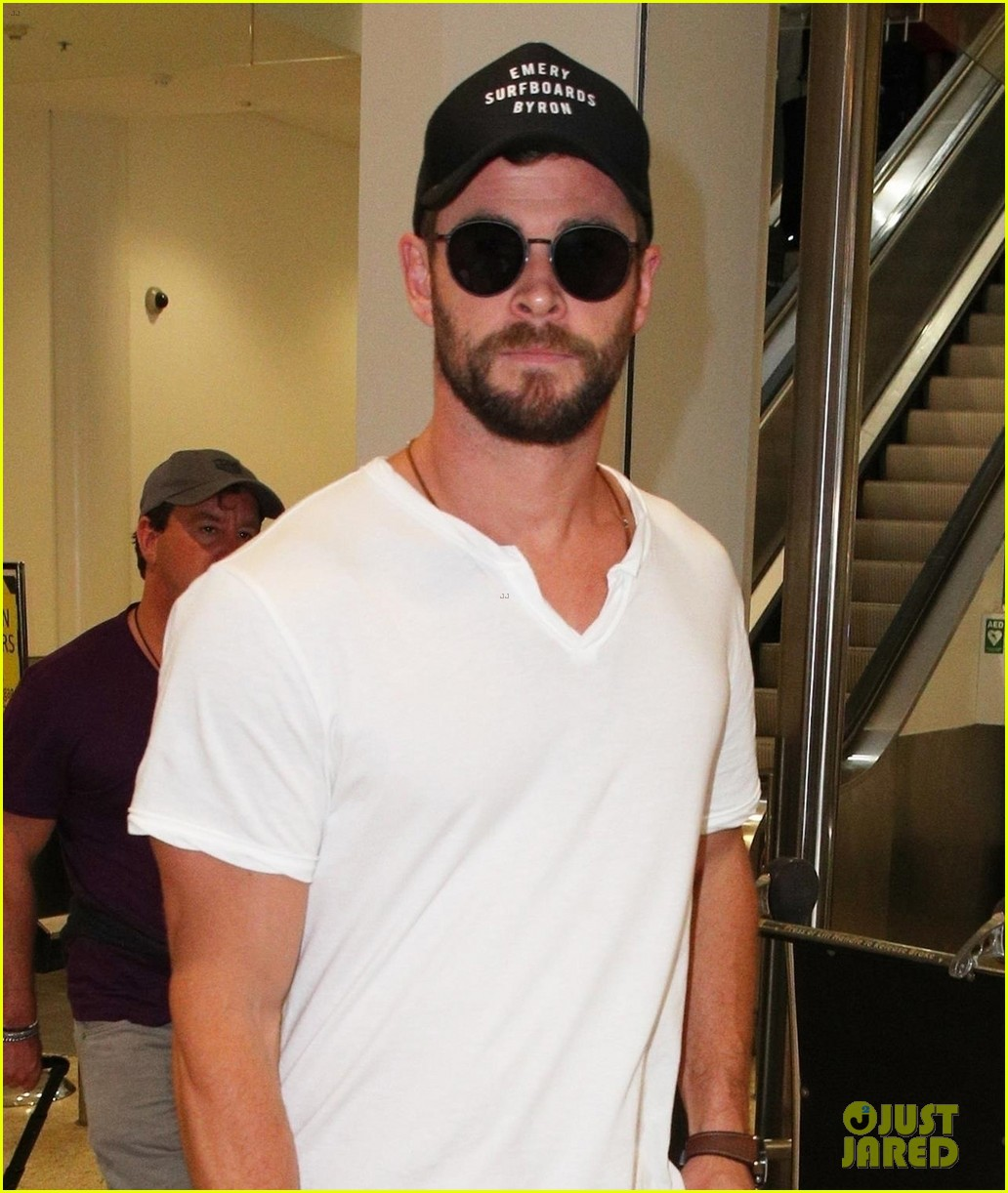 chris hemsworth flies down under for thor australian premiere 043971819