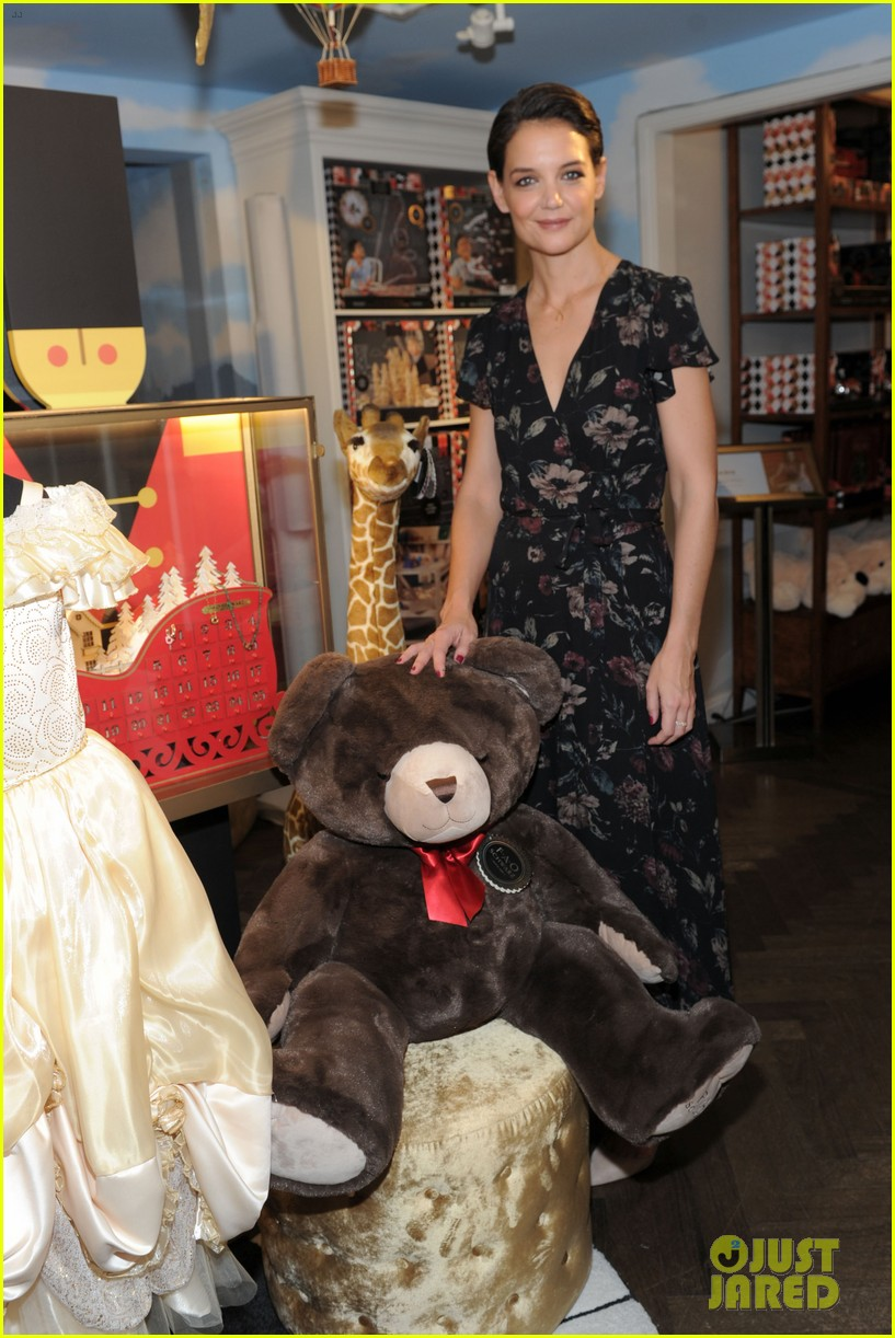 katie holmes attends launch of fao schwartz holiday toy collection 043977520