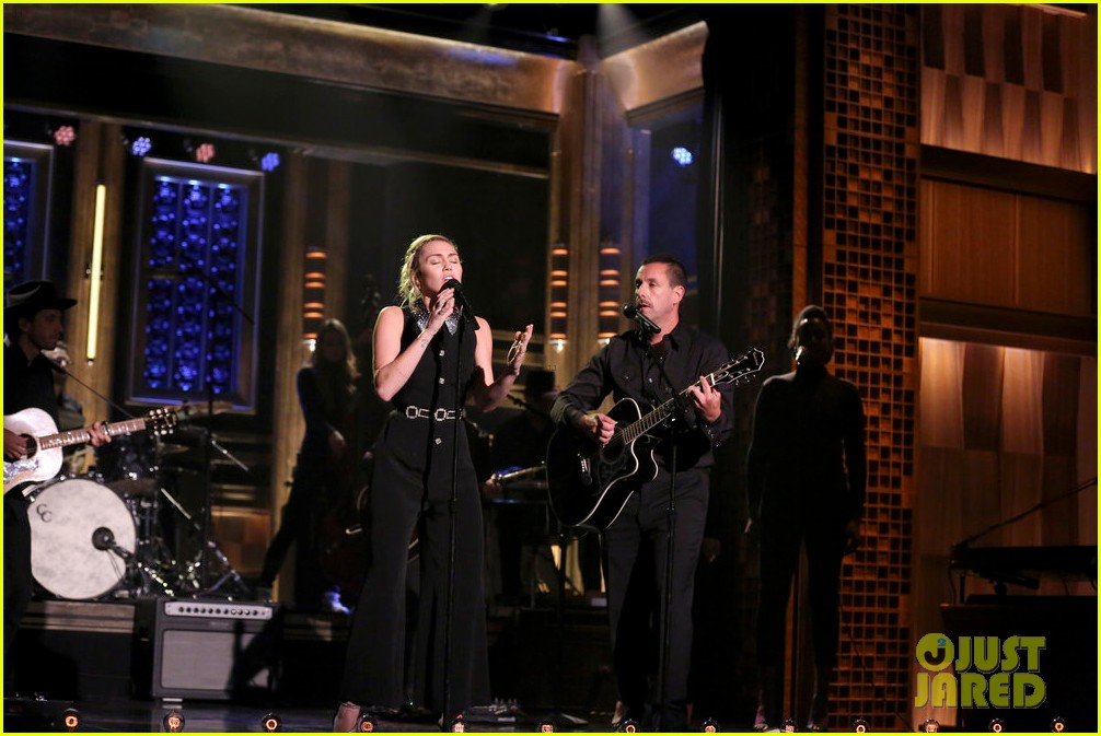 miley cyrus performs the climb on jimmy fallon 013967240
