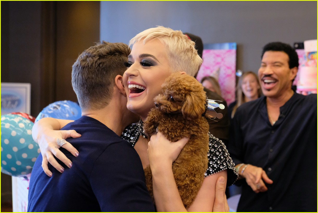 katy perry celebrates birthday early with an american idol puppy party 043975871