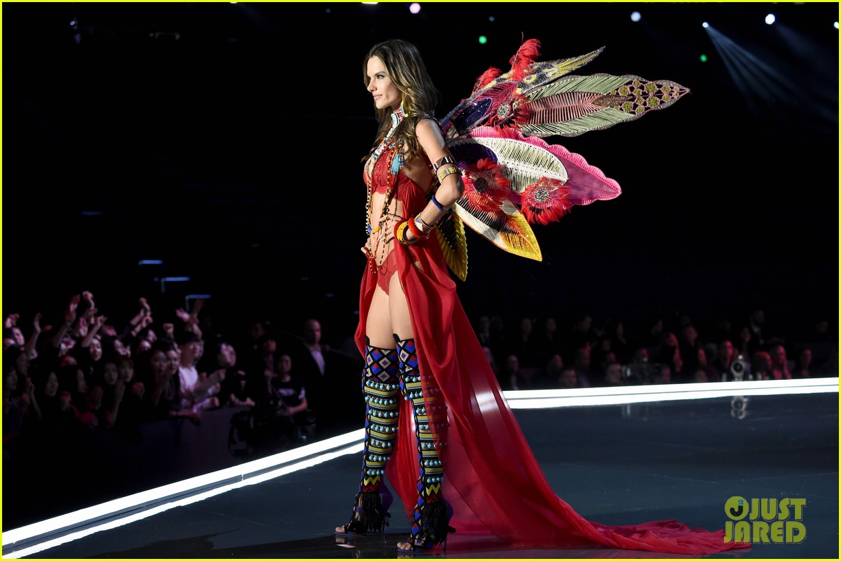 Alessandra Ambrosio & Lily Aldridge Walk the Runway ...