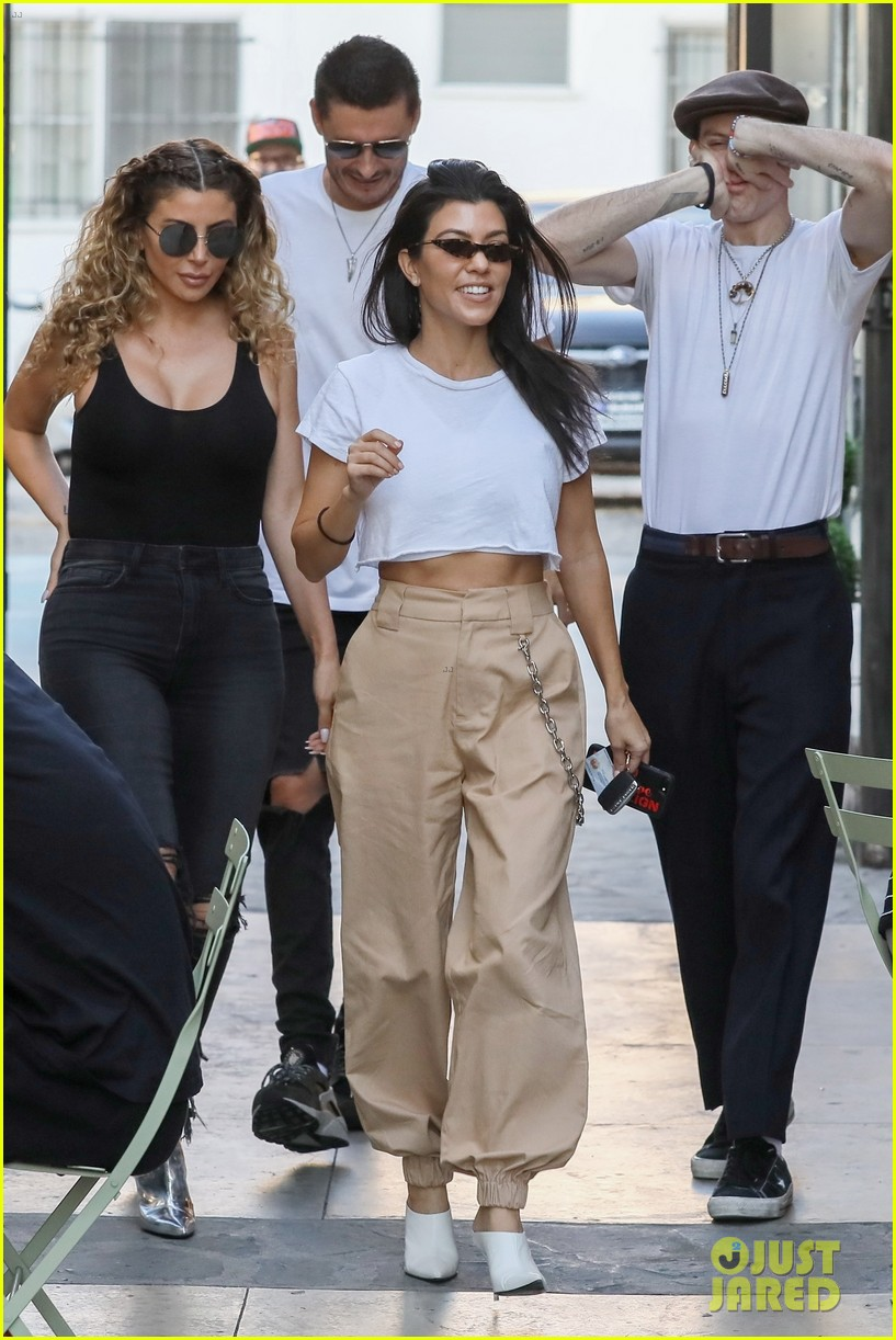 kourtney kardashian flaunts her abs during lunch with friends 033992291