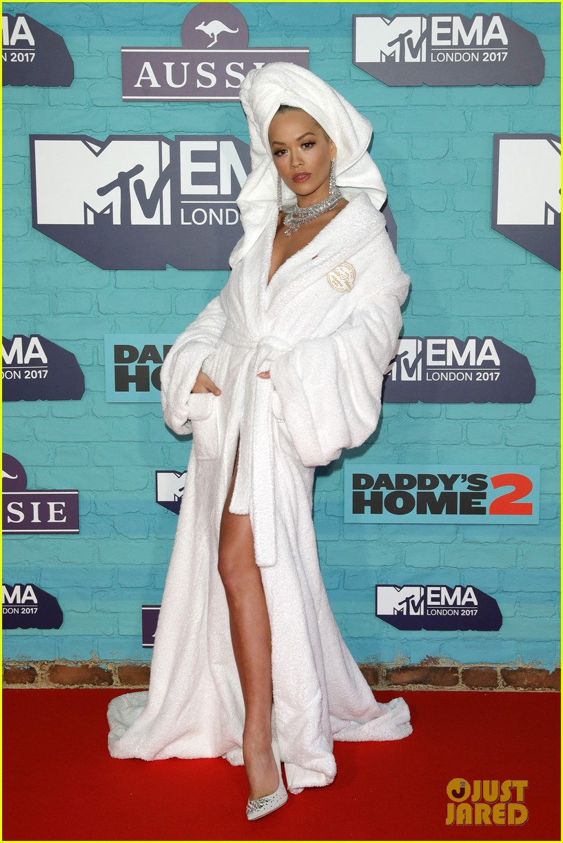 rita ora bathrobe mtv emas 2017 013986342