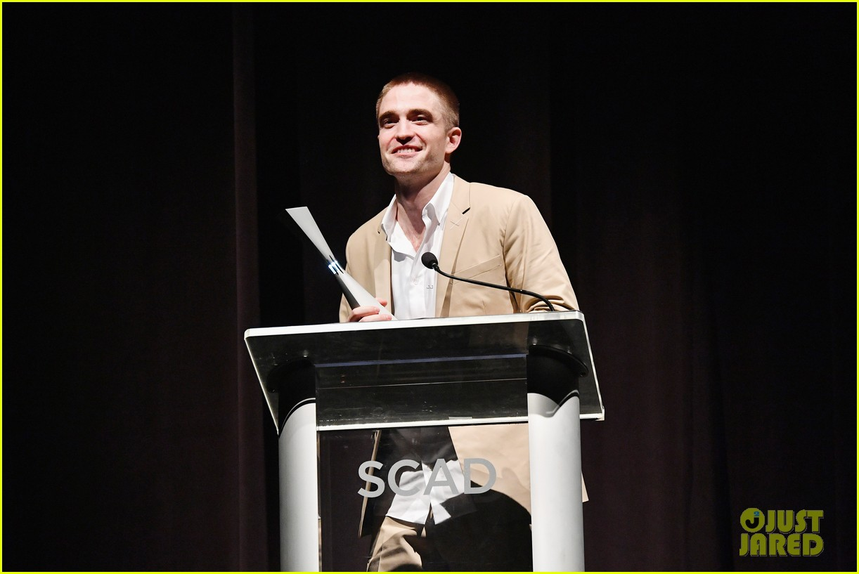 robert pattinson wears sneakers with his suit to accept award 023982162