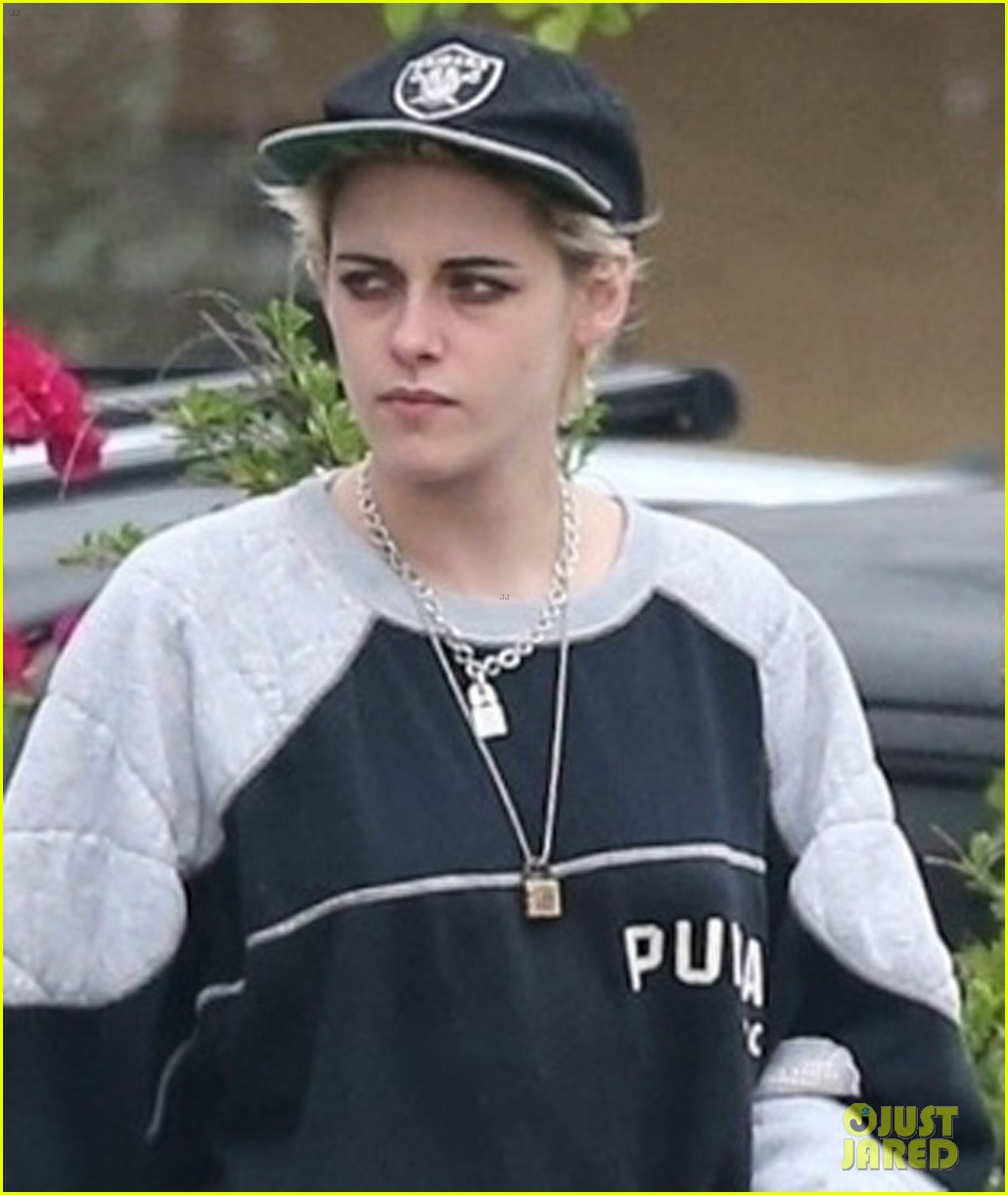 kristen stewart spends halloween at dodgers vs astros world series game 013980923