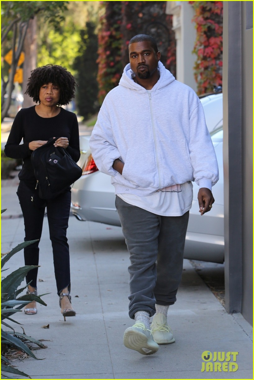 kanye west steps out to go shopping for black friday deals 023992158