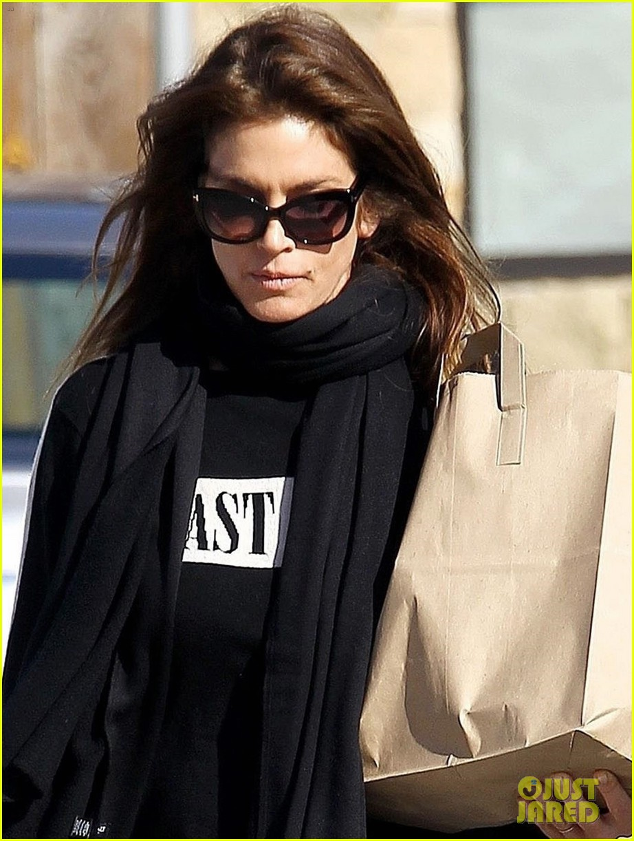 cindy crawford spent the holidays skiing with her family 044005158