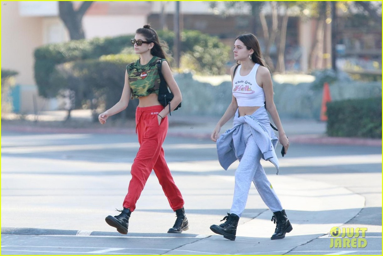 kaia gerber grabs breakfast in malibu after spending holidays skiing with her family 034005207