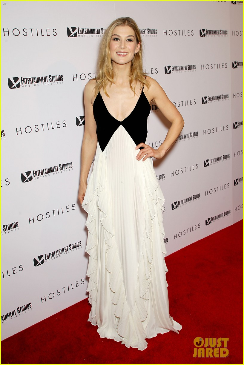 rosamund pike christian bale premiere hostiles in nyc 044002823