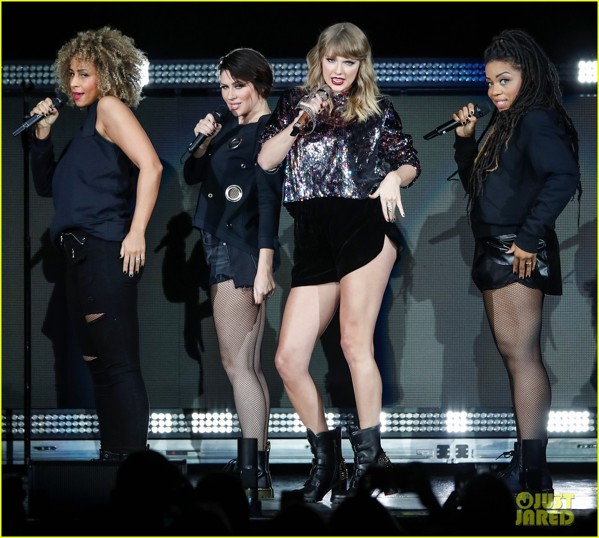 taylor swift dazzles on b96 jingle bash stage 023999010