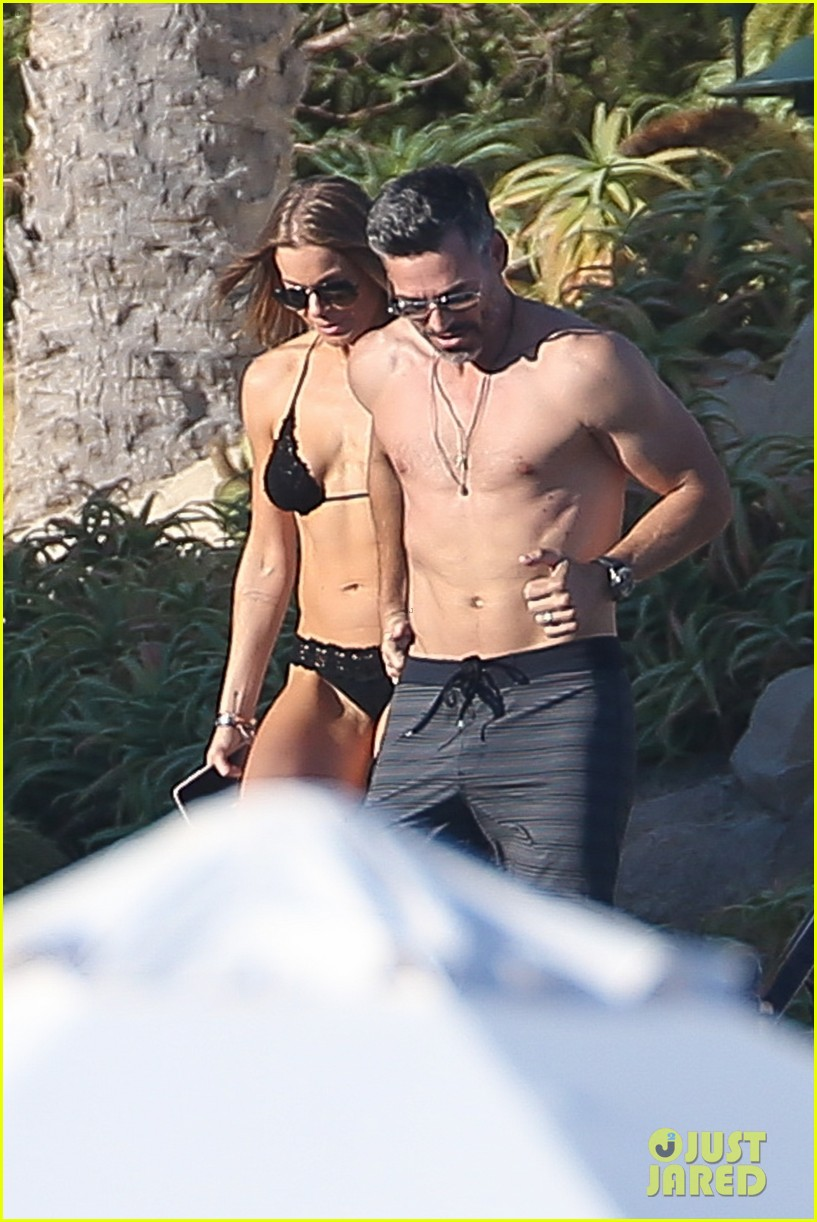 eddie cibrian flaunts tond abs on vacation with wife leann rimes 014012364