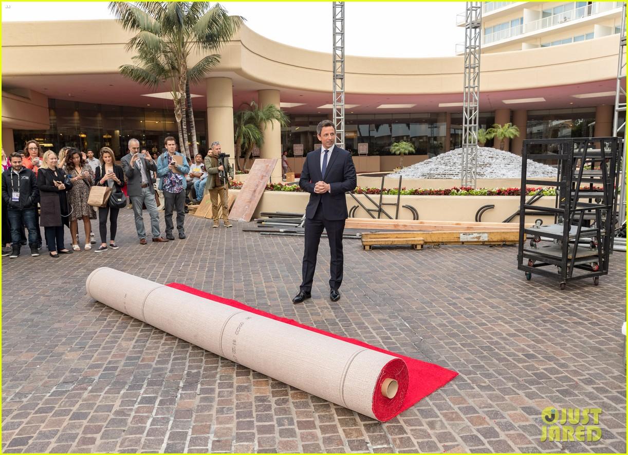 Seth Meyers Rolls Out Golden Globes 2018 Red Carpet