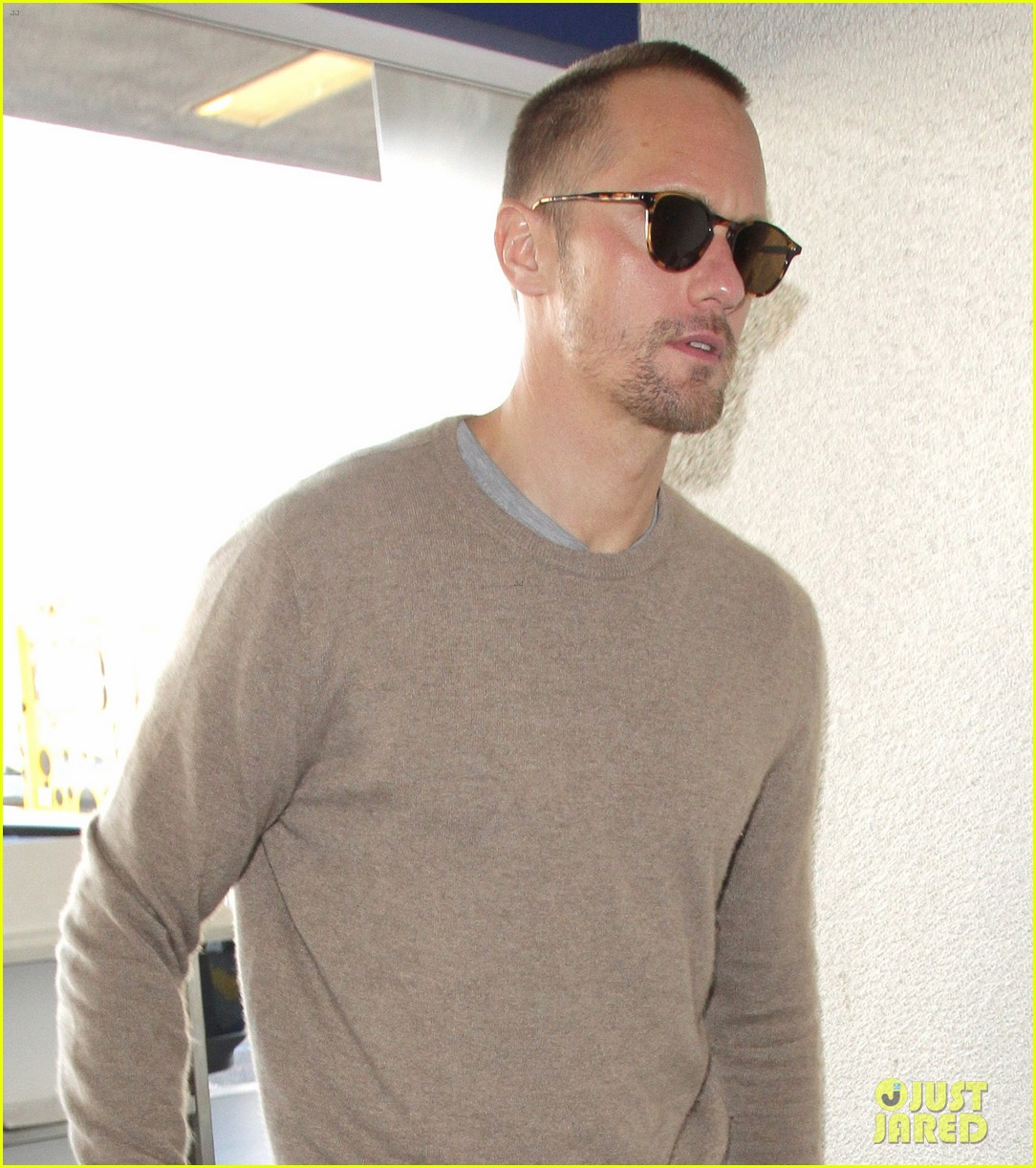 alexander skarsgard flies out of la after his award wins 044014222