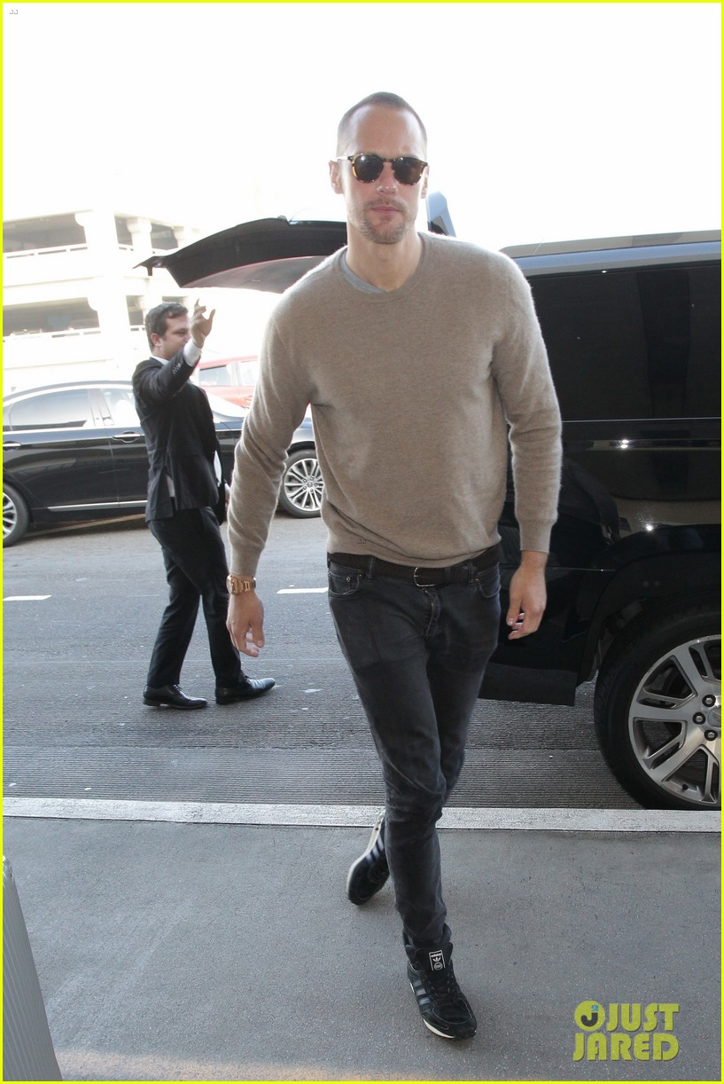 alexander skarsgard flies out of la after his award wins 054014223