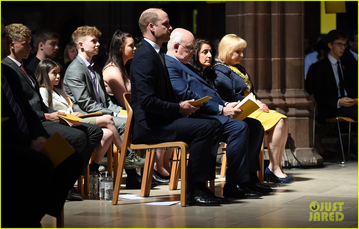 prince william honors manchester victims 04