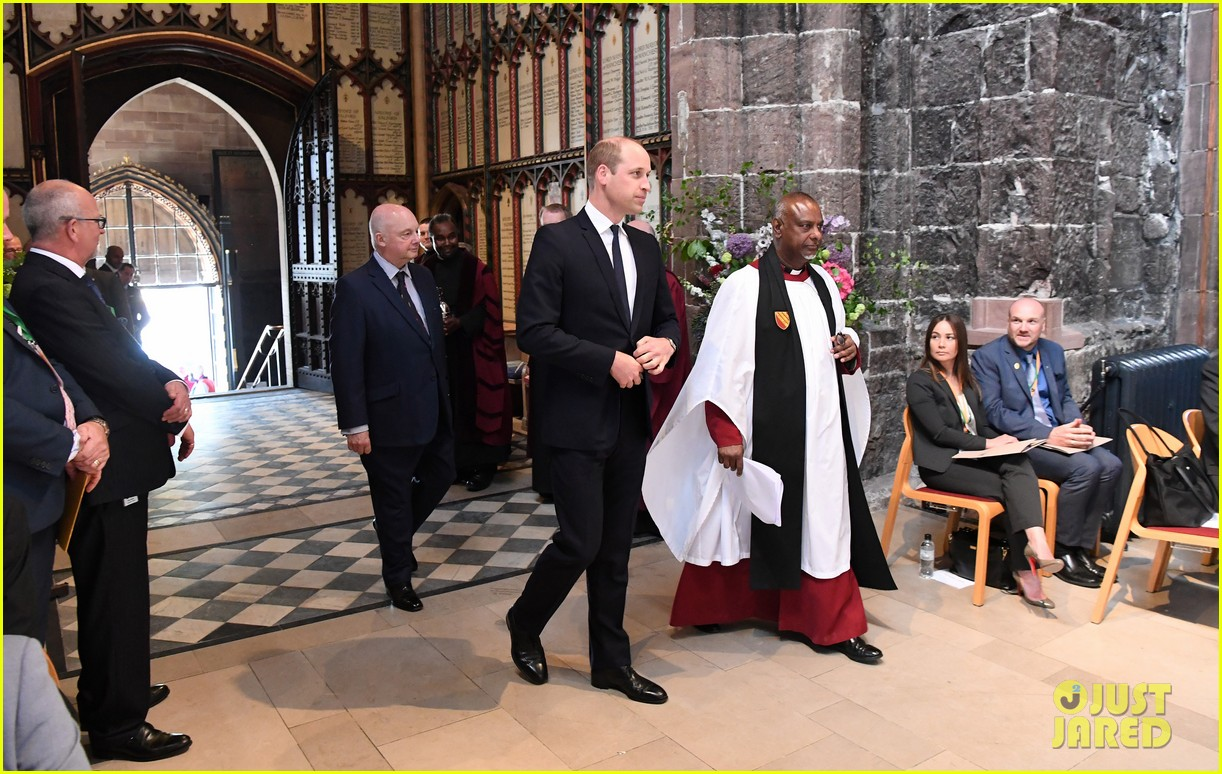 prince william honors manchester victims 05
