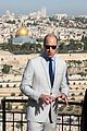 prince william wears yarmulke to visit his great grandmothers resting place 03