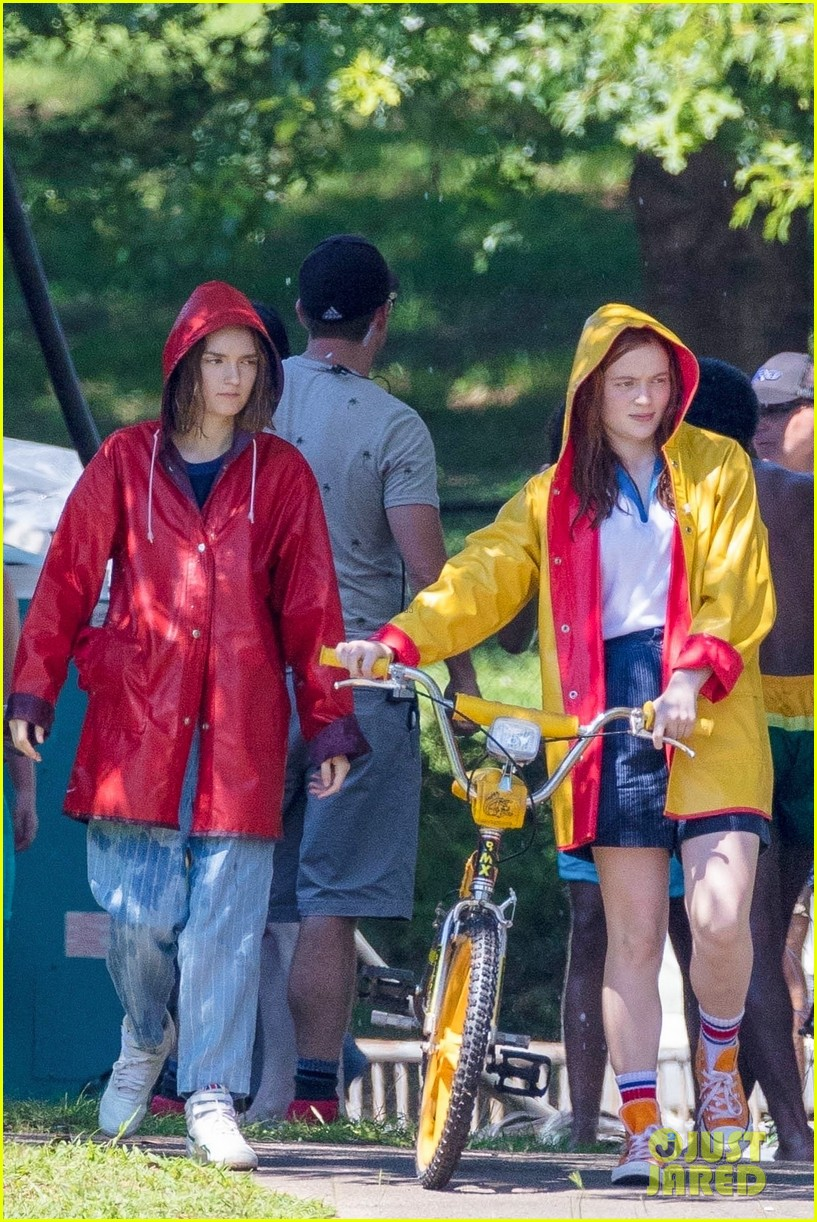 millie bobby brown sadie sink stranger things set 134112012