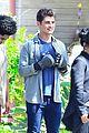 gregg sulkin uses his superpower gloves on runaways set 20