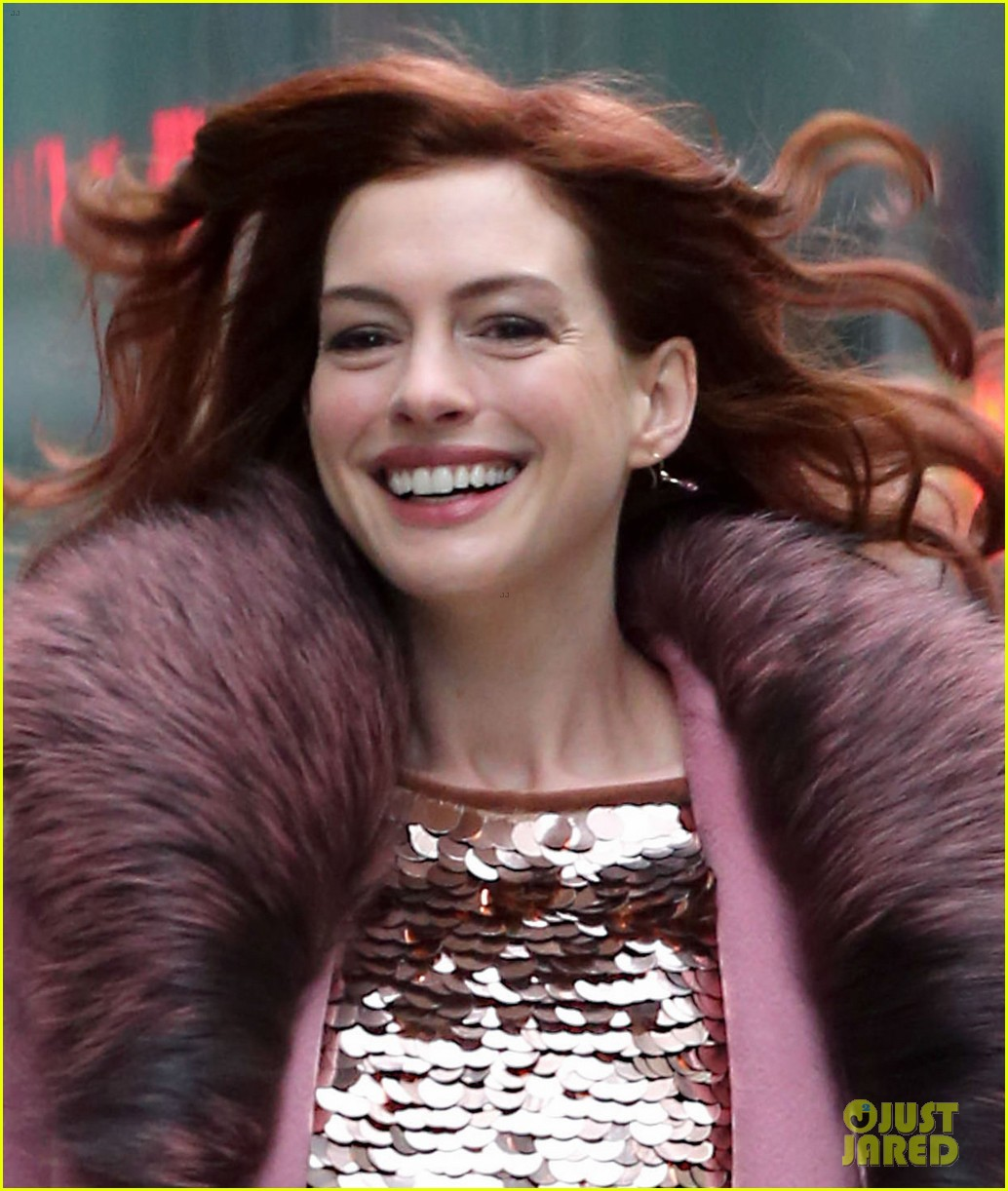 Anne Hathaway Debuts New Red Hair On Modern Love Set Photo 4186318 Anne Hathaway Pictures Just Jared