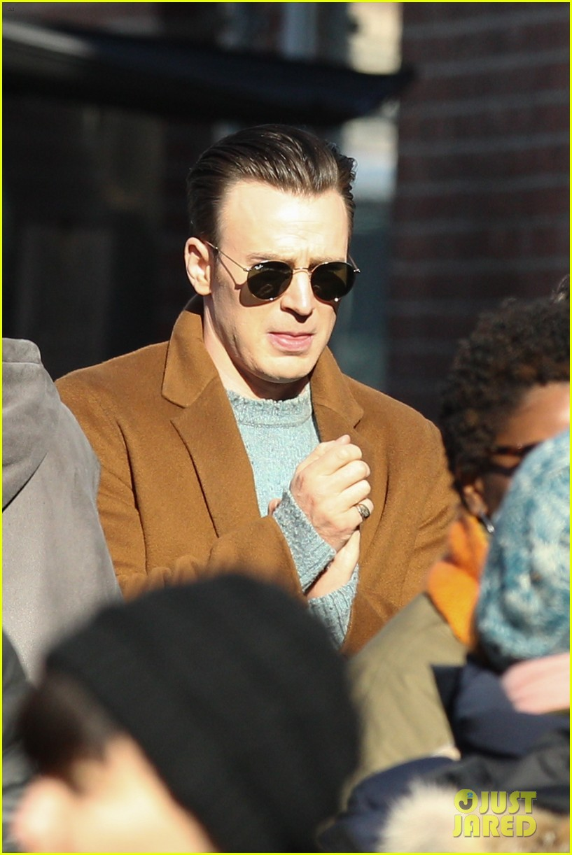 http://cdn04.cdn.justjared.com/wp-content/uploads/2018/12/evans-pat/chris-evans-gets-pat-down-knives-out-set-07.jpg