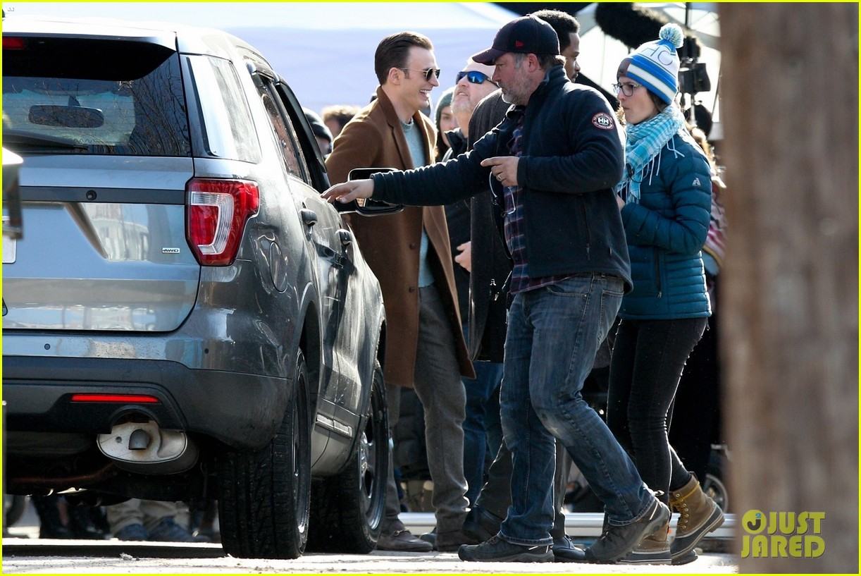http://cdn04.cdn.justjared.com/wp-content/uploads/2018/12/evans-pat/chris-evans-gets-pat-down-knives-out-set-15.jpg