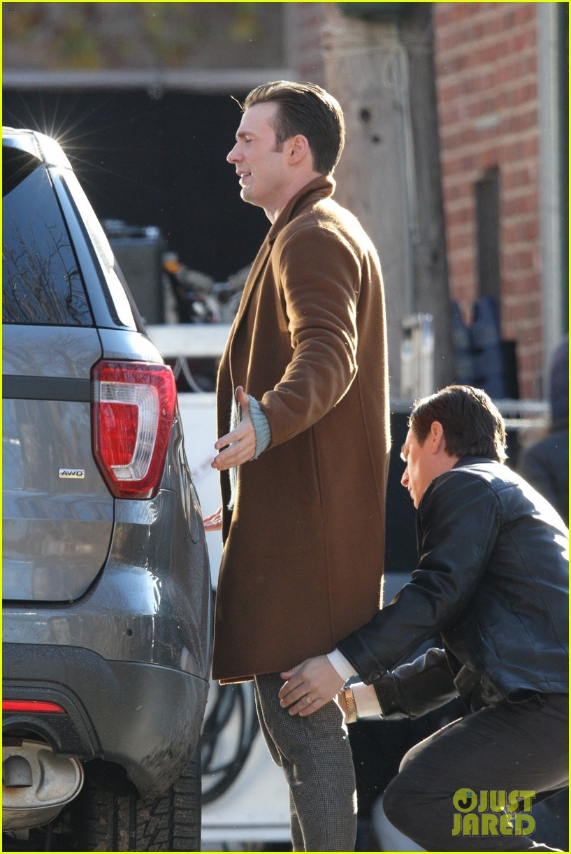 http://cdn04.cdn.justjared.com/wp-content/uploads/2018/12/evans-pat/chris-evans-gets-pat-down-knives-out-set-31.jpg