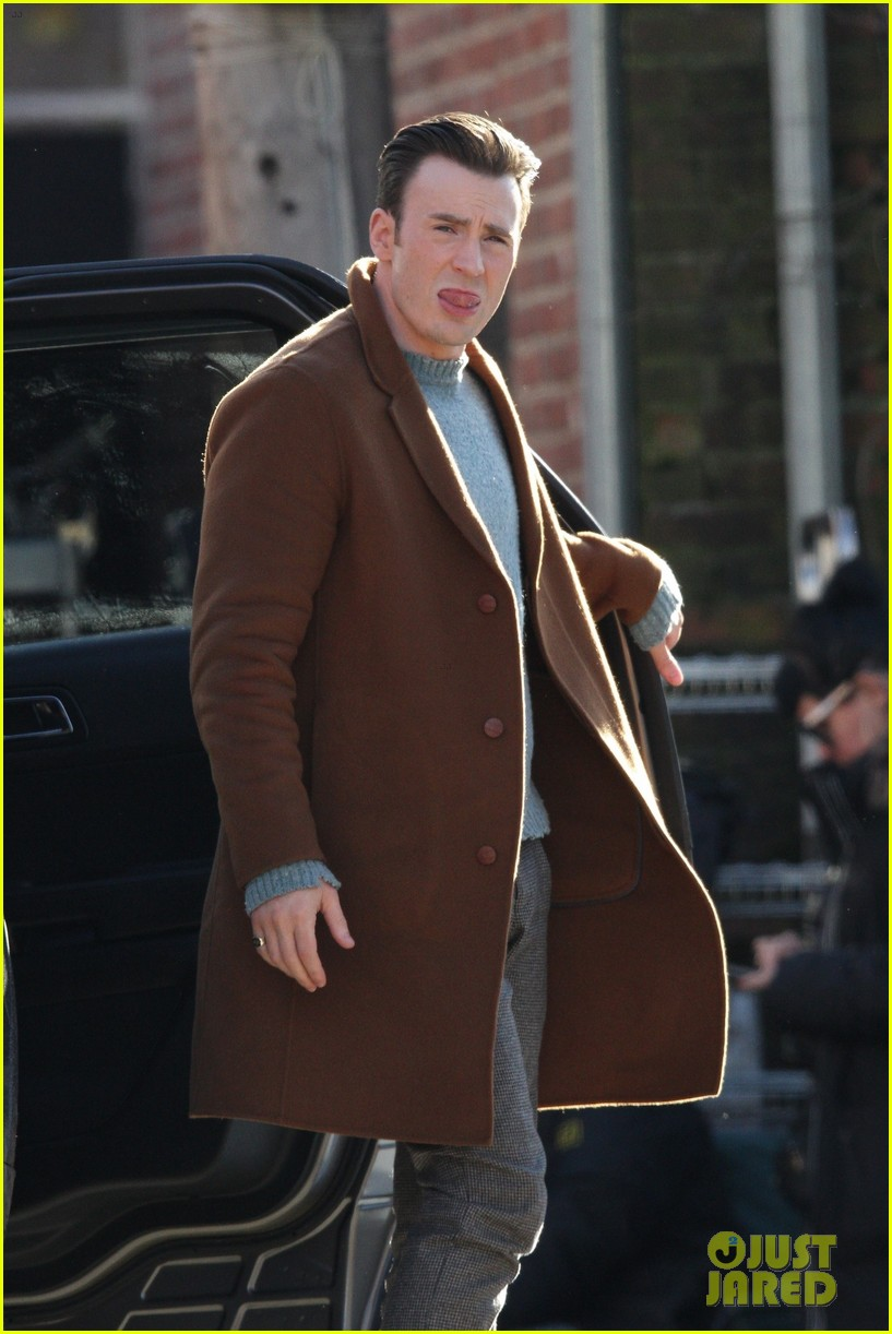 http://cdn04.cdn.justjared.com/wp-content/uploads/2018/12/evans-pat/chris-evans-gets-pat-down-knives-out-set-43.jpg